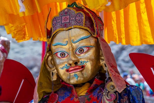 신비로운 가면을 쓴 티베트 남자가 인도 북부의 라다크 레 근처에 있는 헤미스 수도원에서 불교 축제에서 춤을 추고 있다