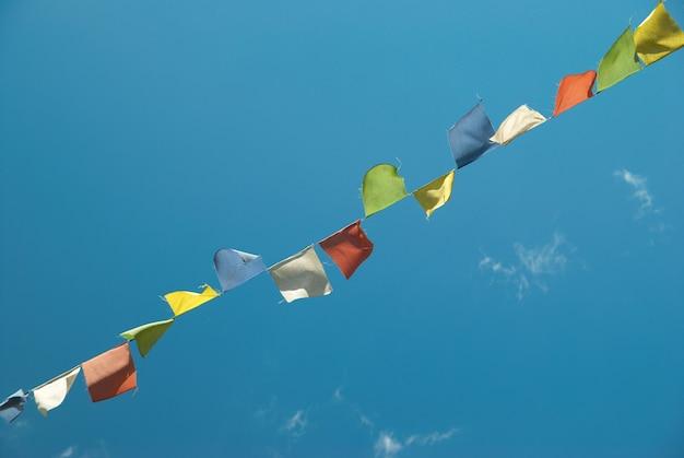 푸른 하늘 가진 티베트기도 다채로운 깃발