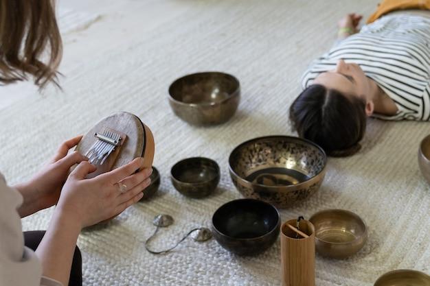 명상 연습을위한 티베트 노래 그릇 마사지 및 사운드 테라피 전통 네팔 음악