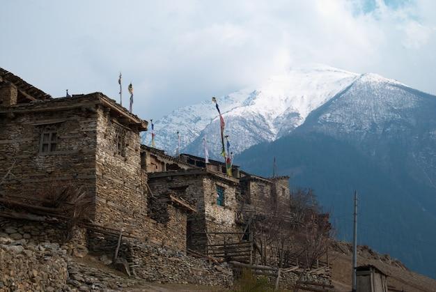 푸른 하늘이 히말라야 산에있는 티베트 마을.