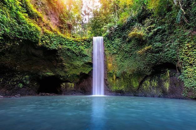 Водопад тибумана на острове бали, индонезия