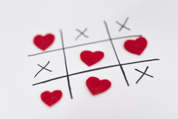 Крестики-нолики с сердечками и крестиками