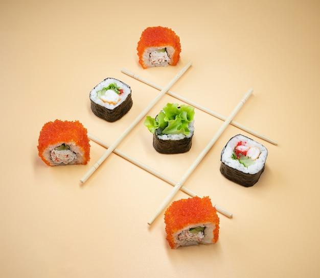 Игра в крестики-нолики с суши, креативная концепция суши-роллов. играть в крестики-нолики.