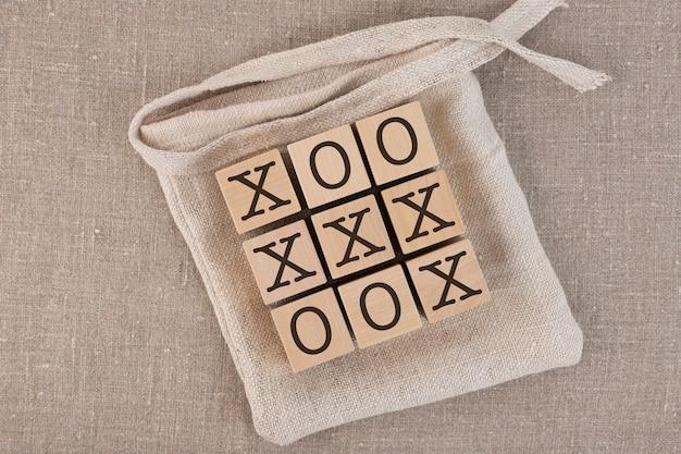 가방과 박하 사탕 발가락 나무 블록