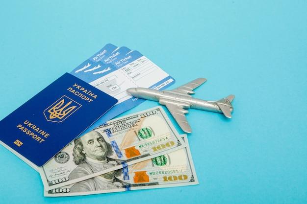 飛行機とパスポートのチケット、飛行機のモデル付きのドル。テキストのスペースをコピーします。
