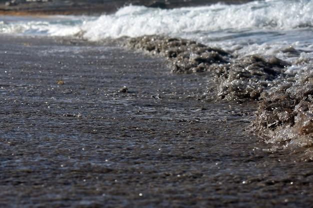 모래 해변에 파도의 조수