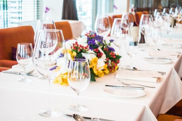 Tavolo ordinato, con bicchieri e piatti