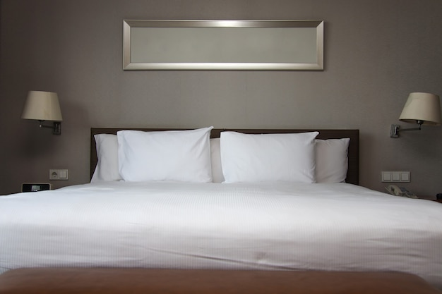 침실에 깔끔한 흰색 킹 사이즈 침대