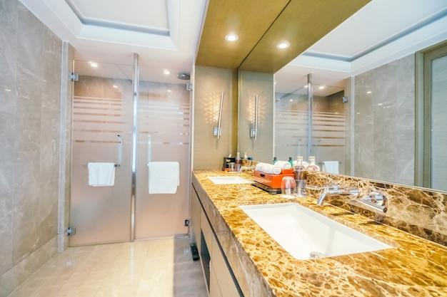光沢のあるタイルとtidyのバスルーム