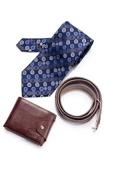 Галстук, пояс, кошелек, аксессуар для человека, изолированные на белом фоне