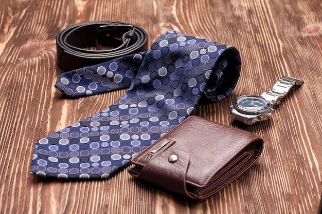 나무 테이블에 남자를위한 넥타이, 벨트, 지갑 액세서리