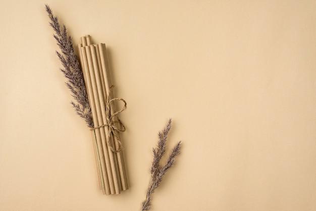 Связанные бамбуковые органические соломки и лаванда