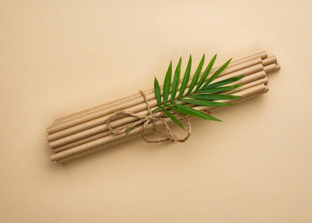 結ばれた竹の有機ストローと葉