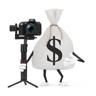흰색 배경에 dslr 또는 비디오 카메라 짐벌 안정화 삼각대 시스템이 있는 소박한 캔버스 리넨 돈 자루 또는 돈 가방과 달러 기호 캐릭터 마스코트를 묶었습니다. 3d 렌더링