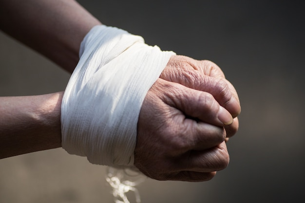 中年女性の手を縛られ