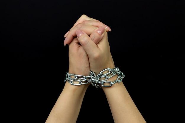 Связанная женщина - жертва домашнего насилия и жестокого обращения