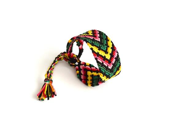 白の糸で作られた結ばれた織りの友情のブレスレット