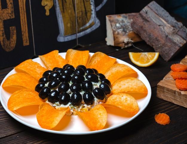 Салат тиффани с оливками и чипсами