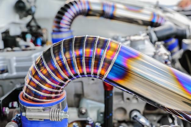 Сварной шов tig на трубе из нержавеющей стали в гоночном автомобиле