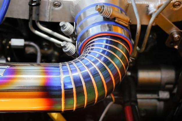 Сварной шов tig на трубе из нержавеющей стали в гоночном автомобиле.
