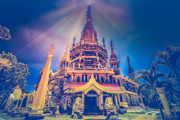 야자수 사이에 있는 호랑이 동굴 사원 wat tham sua - 가장 신성한 불교 유적지 중 하나입니다. 태국 남부, 크라비. 레트로 빈티지 효과입니다. 블루 토닝. 관광 명소입니다. 장소 방문.