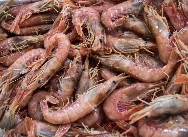 Тигровые креветки текстурированные на центральном рынке в афинах, греция