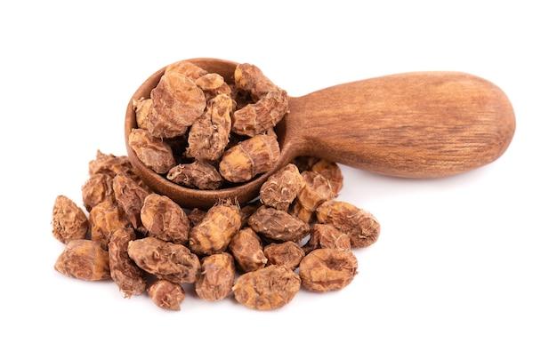 Tigernuts 흰색 배경에 고립입니다. 나무로되는 숟가락에있는 chufa 견과 또는 호랑이 견과.