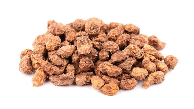 Tigernuts 흰색 배경에 고립입니다. 추파 너트 또는 타이거 너트 더미.