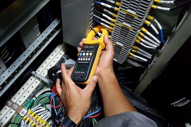 変流器の二次側の締め付けと電流測定