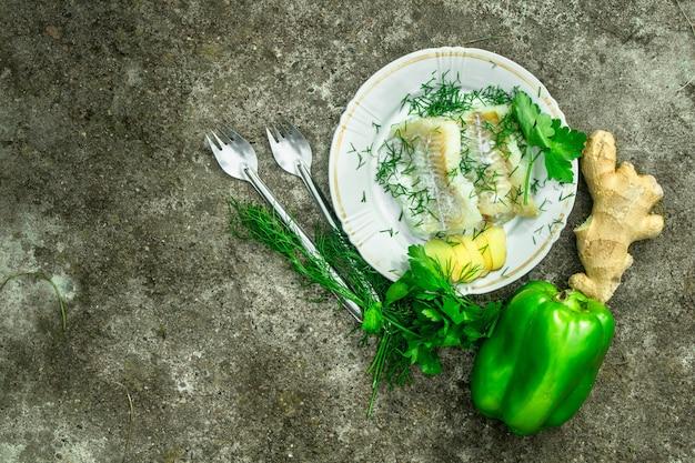 Филе тилапии в сметане с зеленью.