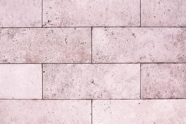 タイル、大理石、コンクリートの熟成テクスチャ。古い、ヴィンテージのピンクの背景。ざらつきとひび割れのある金