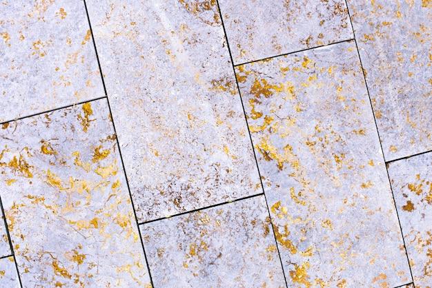 タイル、大理石、コンクリートの熟成テクスチャ。古い、ヴィンテージの紫、ピンク、フォルトゥーナゴールドの背景。ざらつきやひび割れのある金。