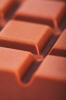 背景としてのタイルミルクチョコレートのクローズアップ