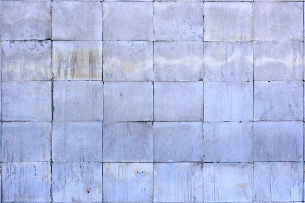 仕上げ材の背景として磨かれた灰色の石灰岩のタイル
