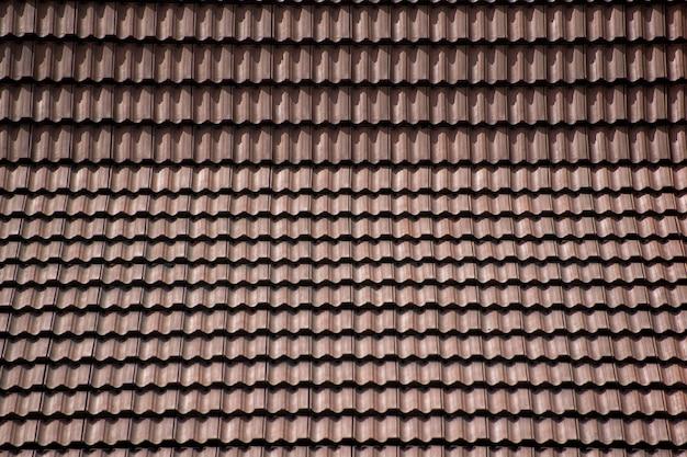 점토 타일로 만든 기와 지붕. 배경과 질감.