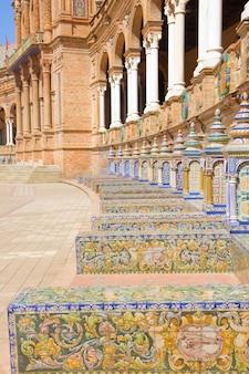 Кафельные скамейки на площади испании, севилья, испания