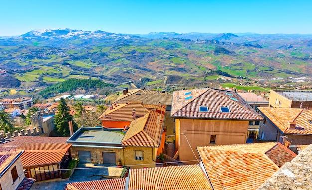 산 마리노의 기와 지붕과 배경에 산이 있는 풍경