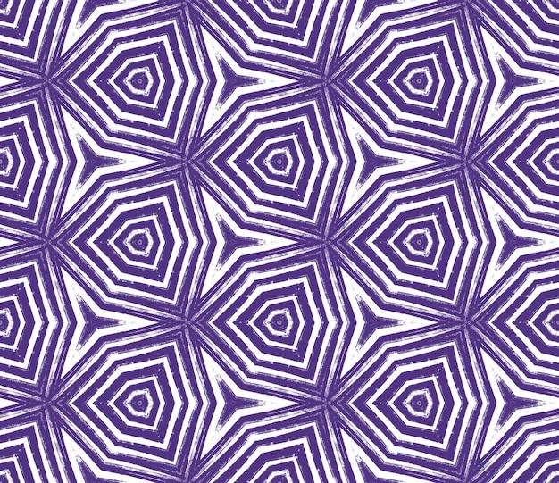 タイル張りの水彩パターン。紫の対称的な万華鏡の背景。シームレスな手描きのタイル張りの水彩画。テキスタイル対応の好奇心旺盛なプリント、水着生地、壁紙、ラッピング。
