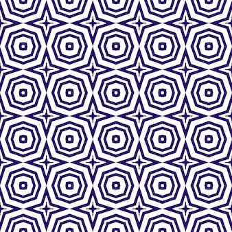 타일된 수채화 패턴입니다. 보라색 대칭 만화경 배경입니다. 섬유 준비 기억에 남는 프린트, 수영복 원단, 벽지, 포장. 손으로 그린 타일된 수채화 원활한.