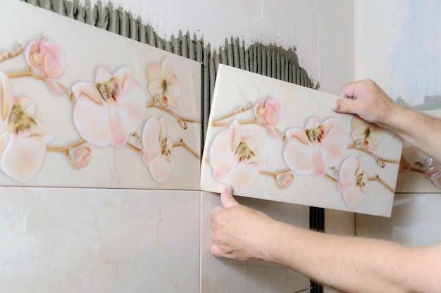 Плиточники руками укладывают керамическую плитку