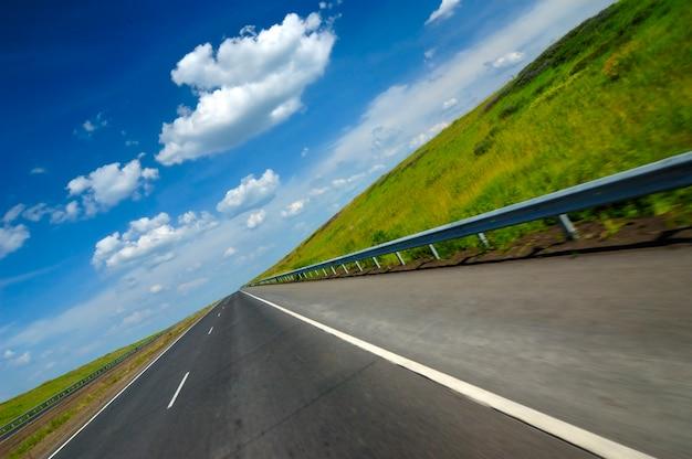 부드러운 고속도로의 기울어진 각도 샷