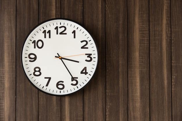 어두운 나무 벽에 시간 시계 꽉