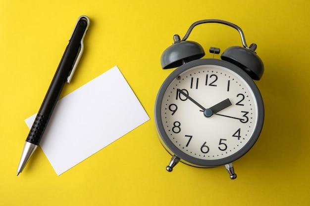 言葉やメッセージを追加する空白の白紙のメモのコピースペースと時間の概念