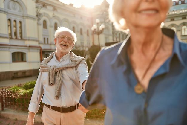 시간은 중요하지 않습니다 사랑은 영원히 아름답고 행복한 노부부가 손을 잡고 웃고 있습니다