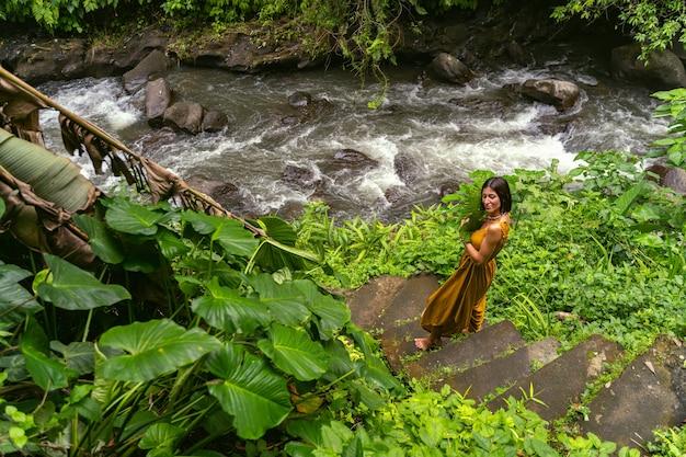 瞑想の時間です。散歩中の瞬間を楽しみながら目を閉じている優しい女性