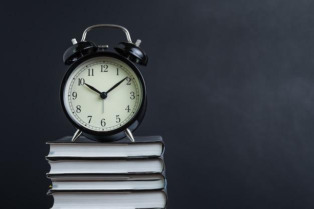 読書、勉強への集中、宿題、教育の概念のための時間