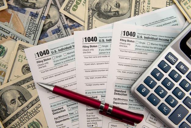 세금을 위한 시간 4월 1040 돈 금융 개념