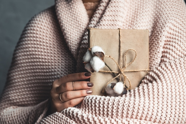 Время подарков - подарочная коробка в руках девушки. подарок в руках женщины. плед, хлопок, маникюр. день святого валентина