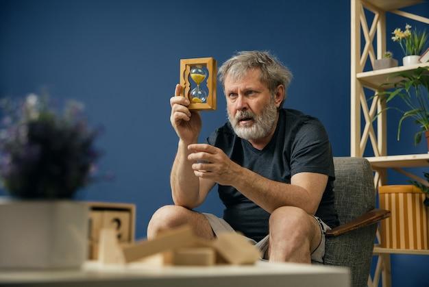 Время уходит. бородатый старик с болезнью альцгеймера страдает психическим расстройством и страхом. понятие о болезни, потере памяти из-за слабоумия, здравоохранении, депрессии, стрессе и печали.
