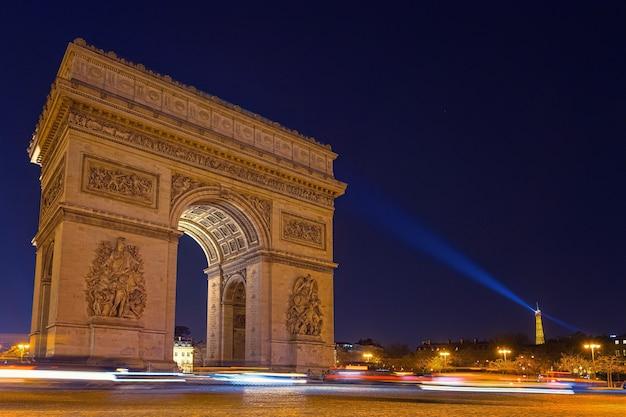 夜の凱旋門のタイムラプス写真
